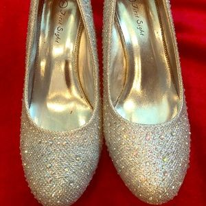 Beautifu silver shoes only used ones.